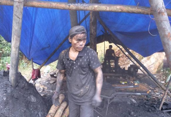 Thợ khai thác than đá thổ phỉ đang đứng tại khu vực mỏ trái phép