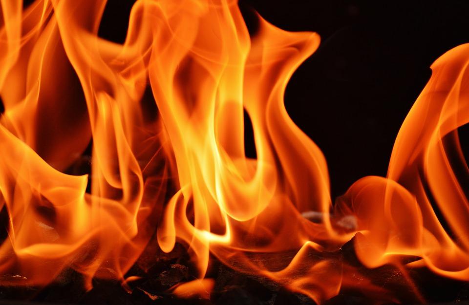 ngọn lửa cháy rực