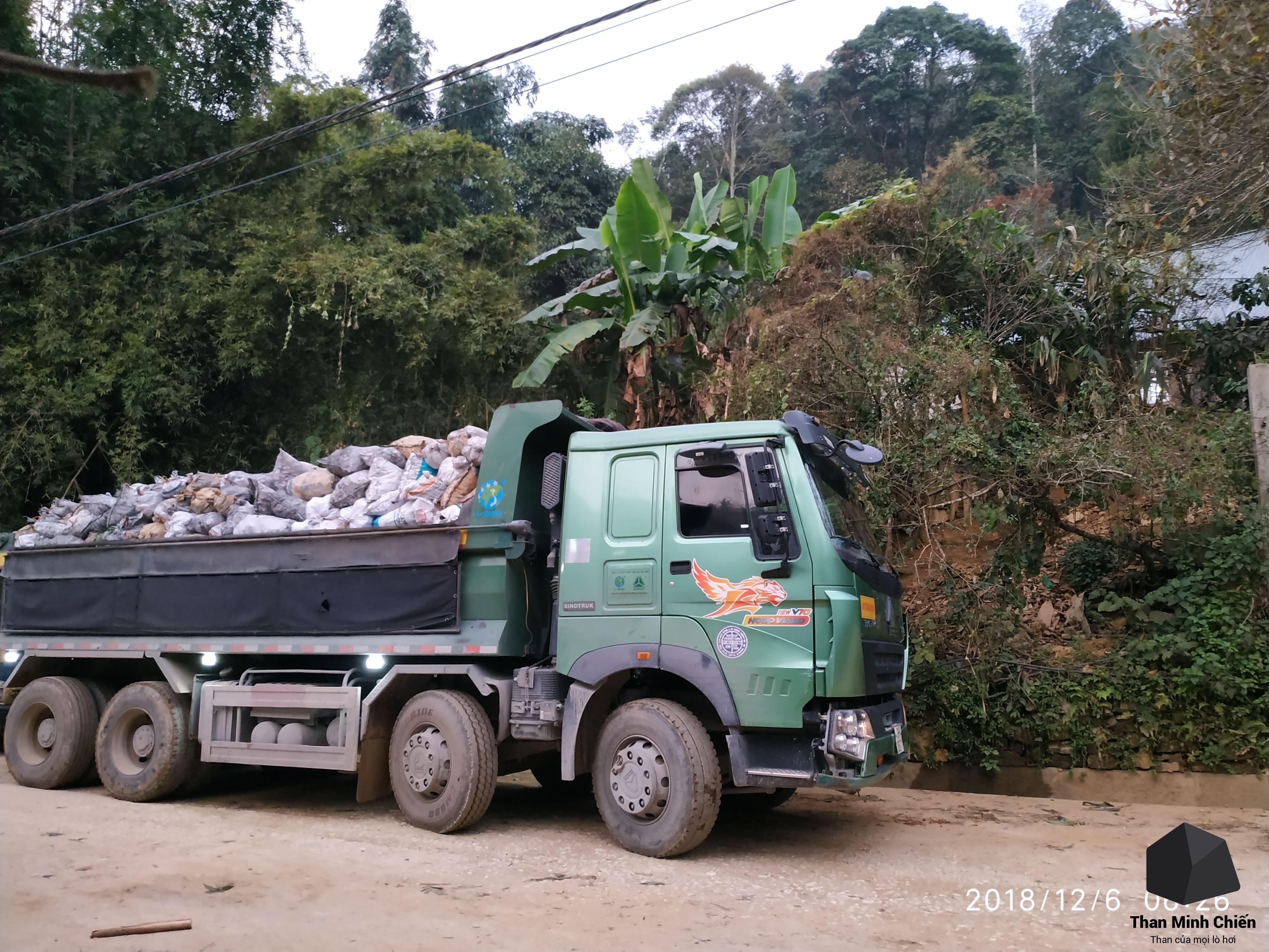 chuyến than vận chuyển lên vùng núi