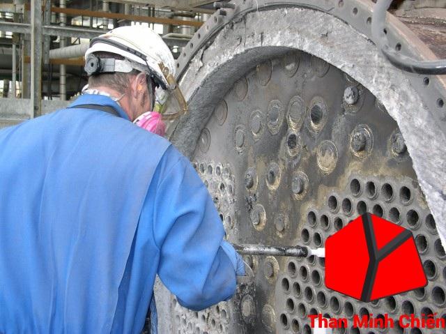 Tháo xả cặn bẩn lò hơi công nghiệp đốt than